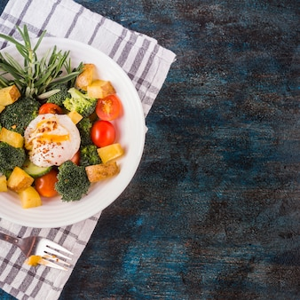 新鮮なサラダを含む健康的な食品組成