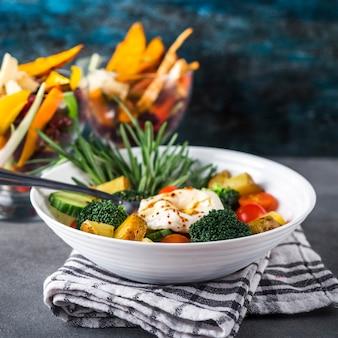 カラフルなサラダと健康的な食品組成