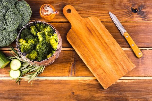 Здоровая пищевая композиция с кухонными инструментами
