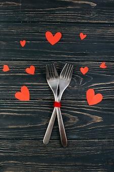 Две вилки с бумажными сердечками