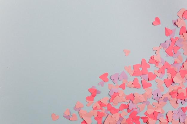 Бумажные сердца, рассеянные по диагонали