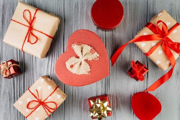 バレンタインデーのために多くの包み込まれた贈り物