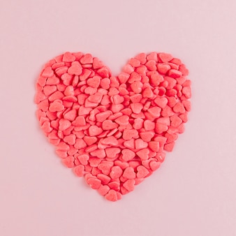 大きな心を形成する心臓の形のキャンディー