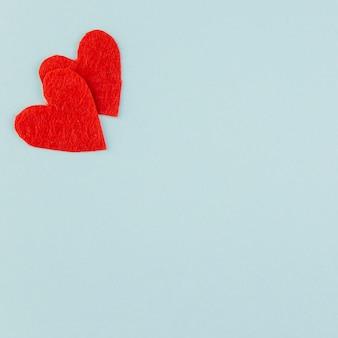 Два красных сердца в верхнем углу