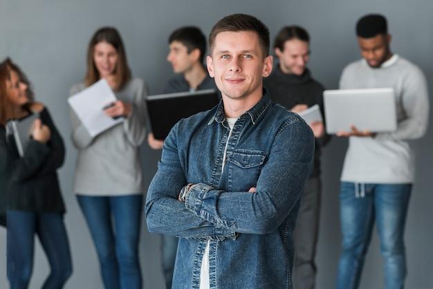 Группа людей с ноутбуками