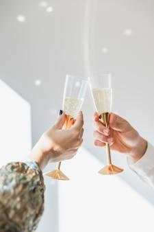 Тост с шампанским на вечеринке нового года