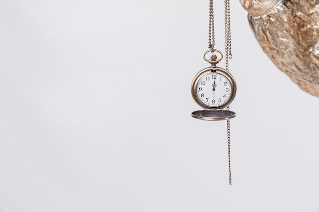 時計を持っている少女と新年のパーティーのコンセプト