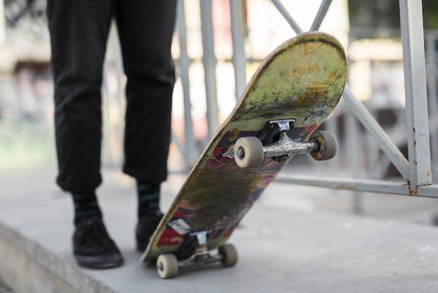 スケートボードで練習している足のクローズアップ
