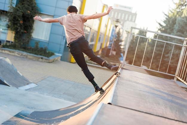 スケートボードで練習している若い男
