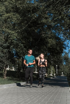 公園で走っている若い友達