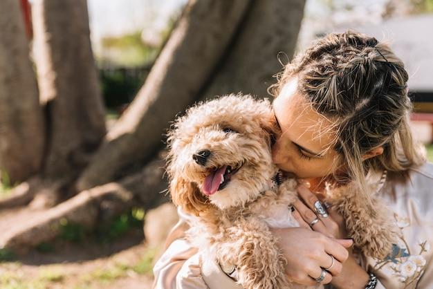 彼女の犬と幸せな若い女性