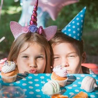 誕生日パーティーで幸せな子供たち