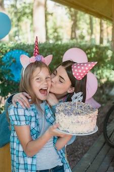 幸せな家族と素敵な誕生日のコンセプト
