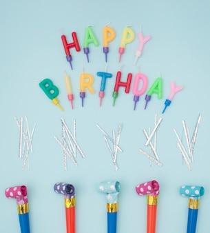 カラフルなキャンドルと素敵な誕生日の構成