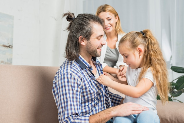 彼女の父親のシャツを押す女の子