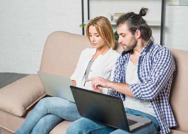 Пара, работающая с ноутбуками