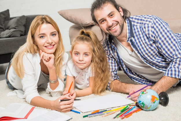 床に家族の絵画