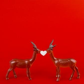 おもちゃの鹿の間の小さな装飾の心