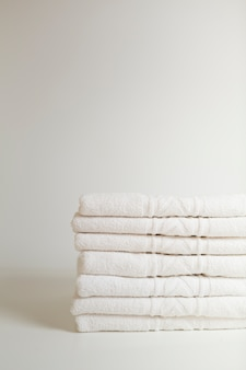 積み重なった白いタオル