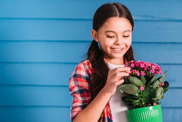 Концепция садоводства с девушкой