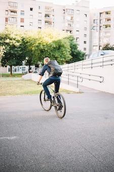 Человек верхом на велосипеде