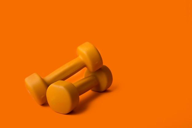 ダンベル付きのモダンなスポーツ用品