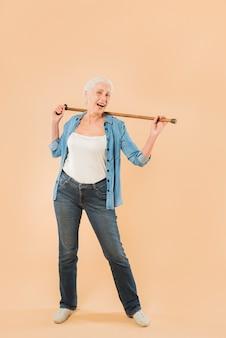 杖を持つ現代のシニアの女性