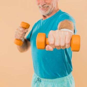 現代の高齢者トレーニングダンベル