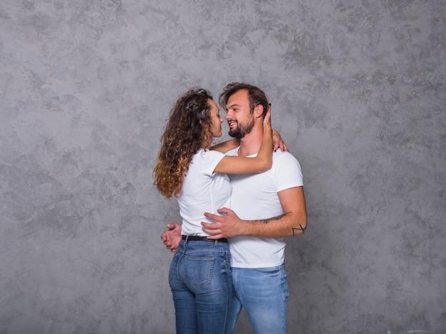 白い抱擁の幸せなカップル