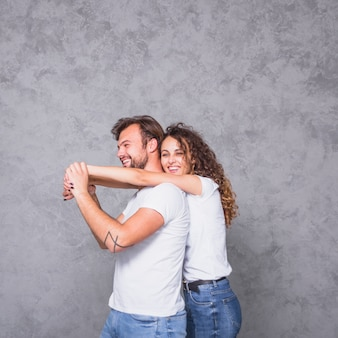 Женщина держит мужчину сзади