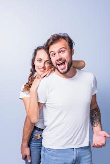 幸せな男を後ろから抱きしめる女性