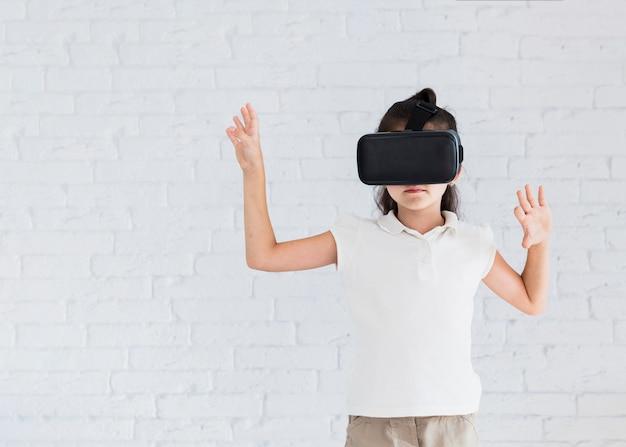 仮想現実眼鏡で楽しい素敵な少女