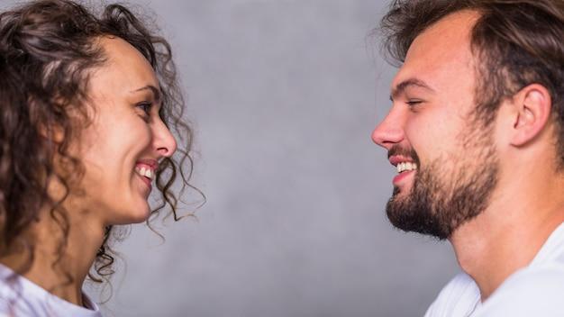 お互いを見ている若いカップル