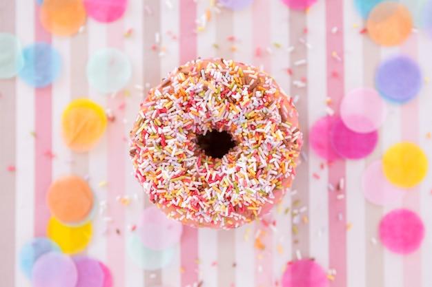 Вид сверху на день рождения пончик
