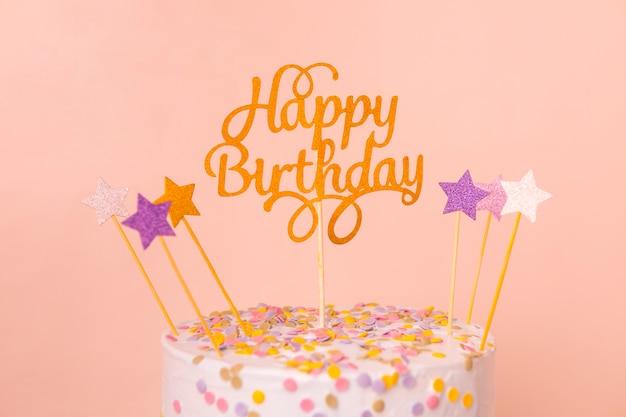 トッパー付きピンクの誕生日ケーキ