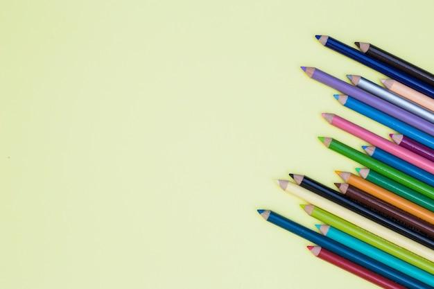 カラフルな鉛筆と素敵なアーティストコンセプト