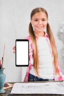 スマートフォンを見せている少女とアーティストコンセプト