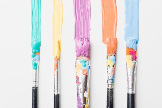 塗料で染色されたブラシ
