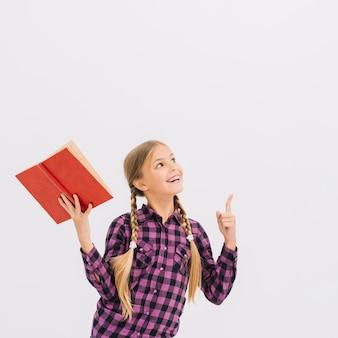 本を指さしている素敵な少女