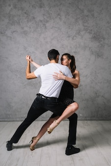 Танцующие танцы танцуют юные танцы