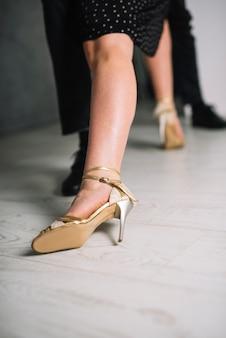 女性のダンサーの足のクローズアップ