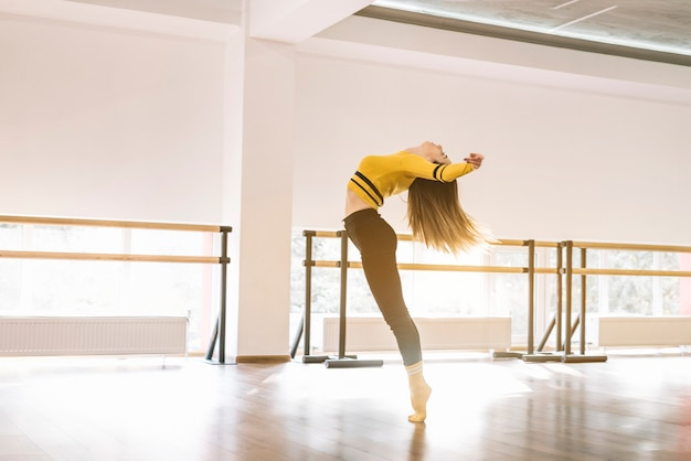ダンススタジオで練習している若い女性ダンサー
