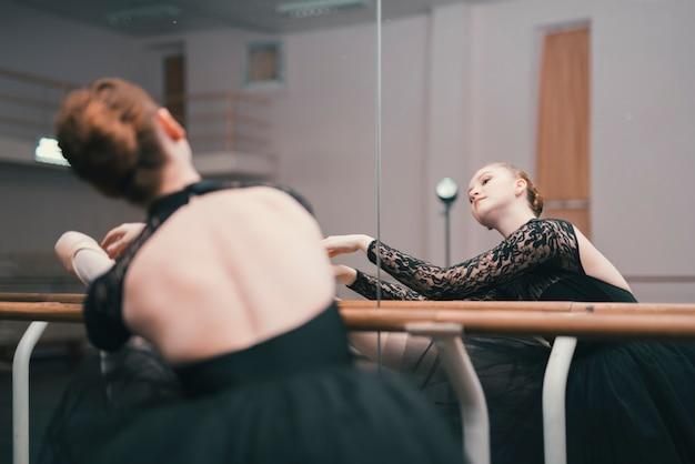 ダンススタジオで練習しているクラシックバレエの若い女性ダンサー