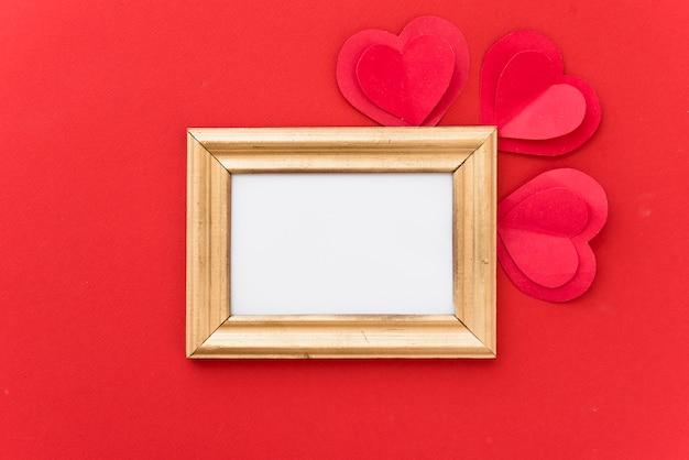 装飾的な紙の心のフォトフレーム