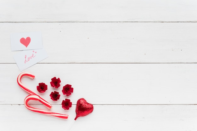 装飾的な心臓とキャンディーキャンエーの近くの愛の碑文付きのカード