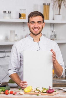 ペーパーテンプレートを示す台所のシェフ