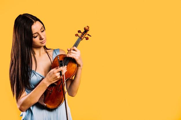 ヴァイオリンを弾く少女