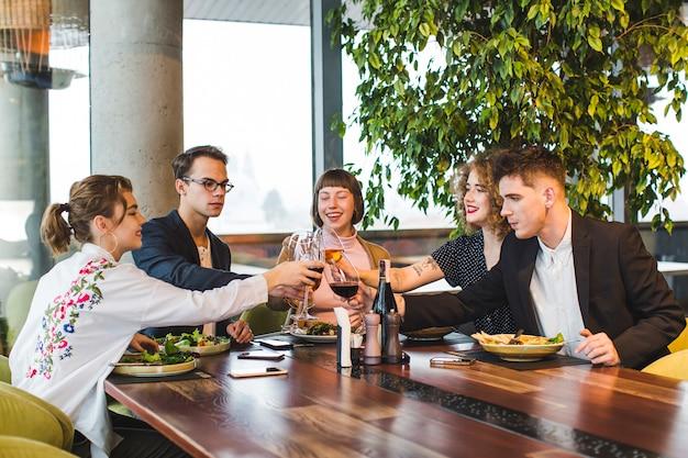 レストランで食べる友人のグループ