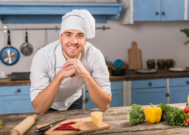 キッチンで笑顔のシェフ