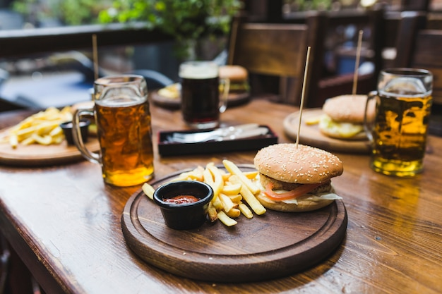 ハンバーガー、レストラン、テーブル